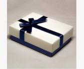 Коробочка белая с синим бантом